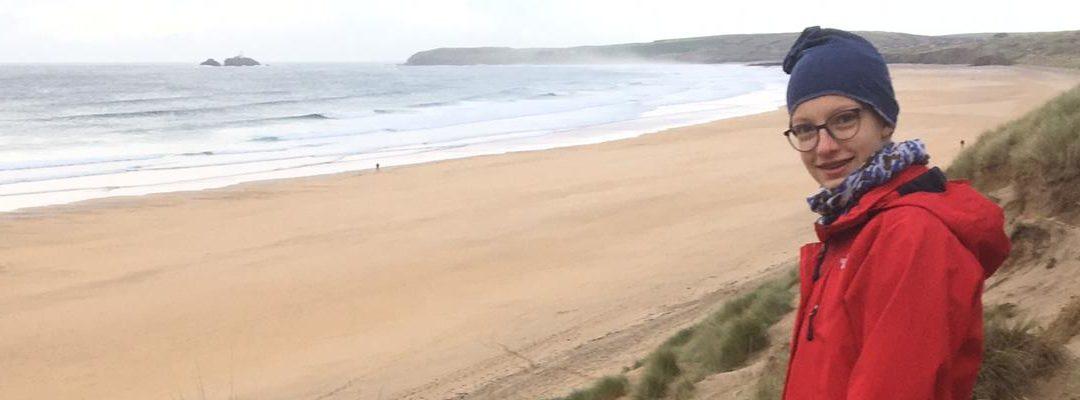 Mädchen am Strand in Cornwall